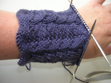 Lacy fingerless mittens Nundle 4plyRetro